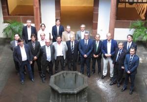 Los miembros de la CEACNA posan con las autoridades en el patio del Palacio de Salazar.