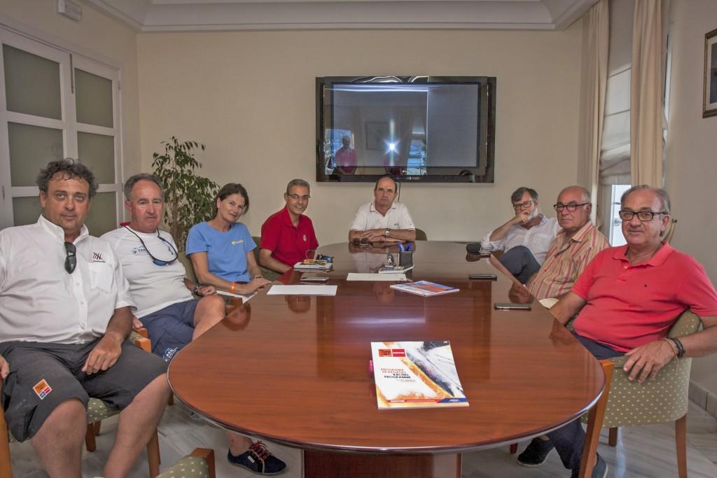 La Junta Directiva de la CEACNA con la presidenta de la RFEV, Julia Casanueva. FIRMA FOTO: Copa del Rey/Laura Guerra